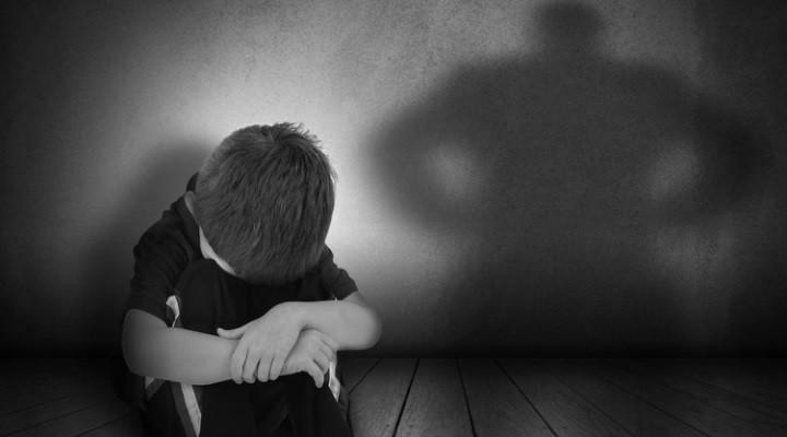 Kleines Kind in dunklem Zimmer