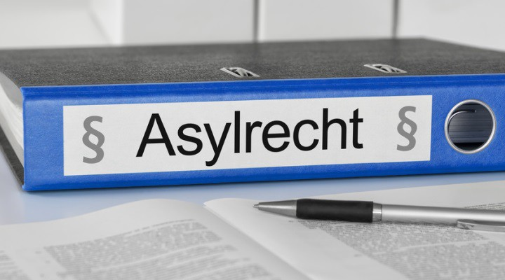 "Aktenordner mit der Beschriftung ""Asylrecht"""