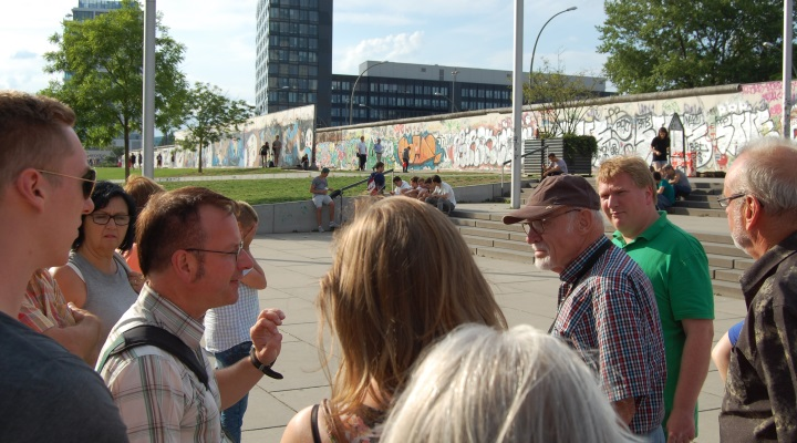 Besuchergruppe an der East-Side-Gallery
