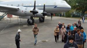 Besuchergruppe auf dem ehemaligen Flughafen Tempelhof