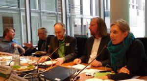 Bild vom Fachgespräch: Fünf Personen an einem Tisch, u.a. Matthias Gastel, Anton Hofreiter und Corinna Rüffer