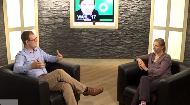 Das Bild zeigt Corinna Rüffer (rechts) und den Moderator (links)
