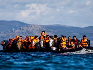 Flüchtlinge in einem Schlauchboot auf dem Mittelmeer.