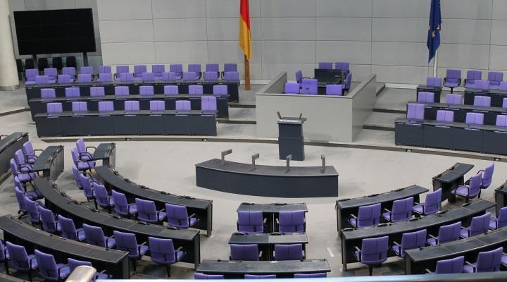 Leeres Plenum im Bundestag.