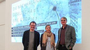 Norbert Kuhn (Präsident der Hochschule Trier), Corinna Rüffer und Ulrich Brand (Universität Wien) stehen nebeneinander.