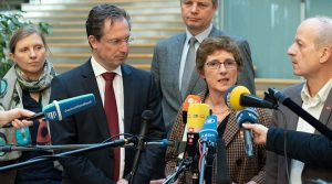 5 Personen vor Mikrofonen: Corinna Rüffer, Stephan Thomae (FDP), Jens Beeck (FDP), Britta Haßelmann (Grüne) und Friedrich Straetmanns (Linke)