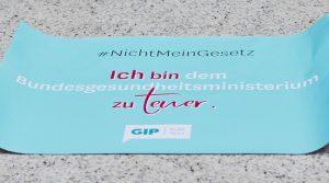 Plakat mit dem Text: #NichtMeinGesetz - Ich bin dem Bundesgesundheitsministerium zu teuer