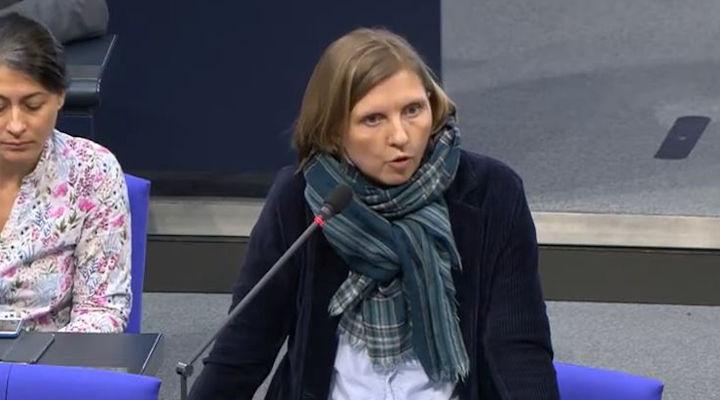 Corinna Rüffer am Mikrofon