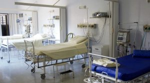 Krankenhauszimmer mit leeren Betten und medizinischen Apparaten