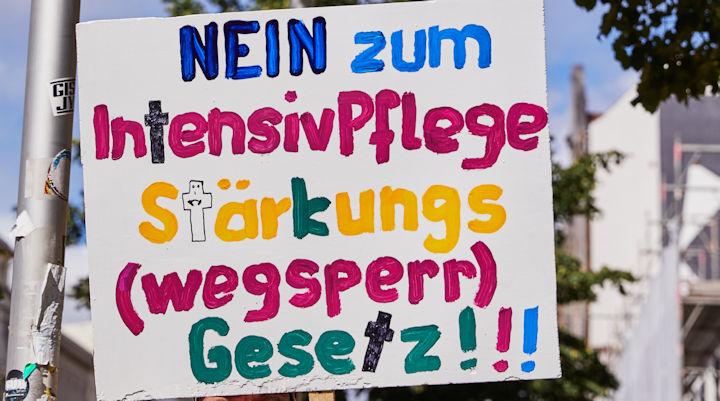 Plakat mit dem Slogan: Nein zum Intensivpflegestärkungs(wegsperr)gesetz!
