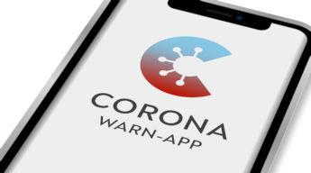 Smartphone mit geöffneter Corona Warn-App
