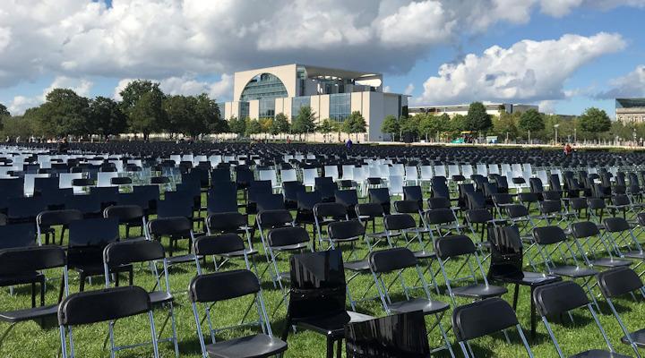 13.000 leere Stühle auf der Wiese zwischen Bundestag und Kanzleramt - stellvertretend für die 13.000 Geflüchteten im Camp Moria (Aktion #WirhabenPlatz am 7.9.2020)