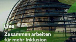 Reichstagskuppel im Hintergrund, im unteren Drittel steht der Titel des online-Gesprächs: Live - Zusammen arbeiten für mehr Inklusion