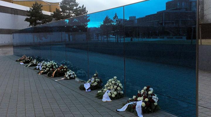 T4-Gedenkstätte in Berlin - vor der Blumenkränze liegen